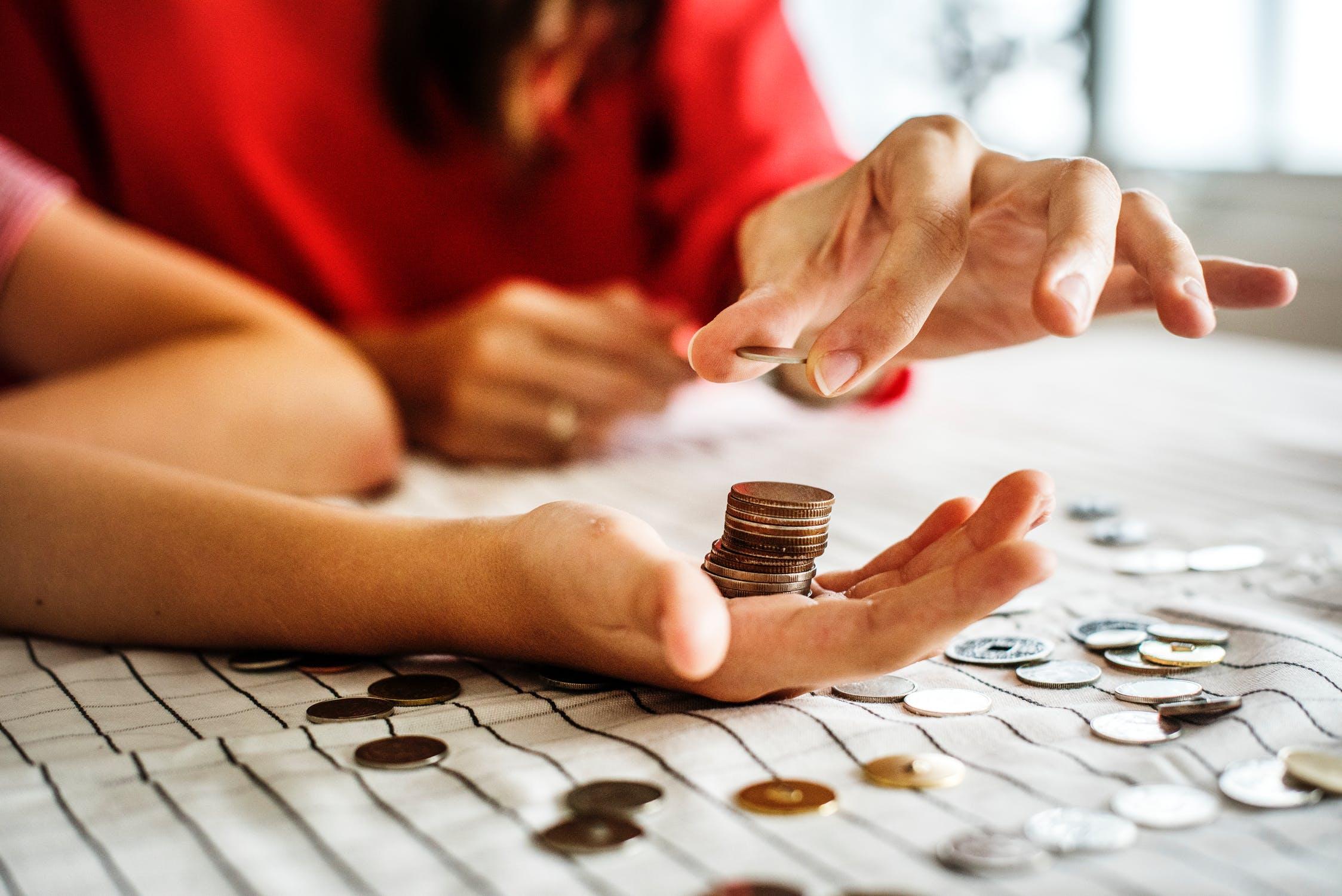 Mønter i hånd