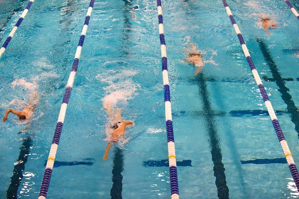 Træning i svømmehal