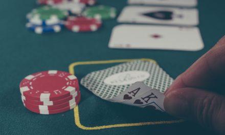 Spil casinospil hjemme i stuen med gutterne