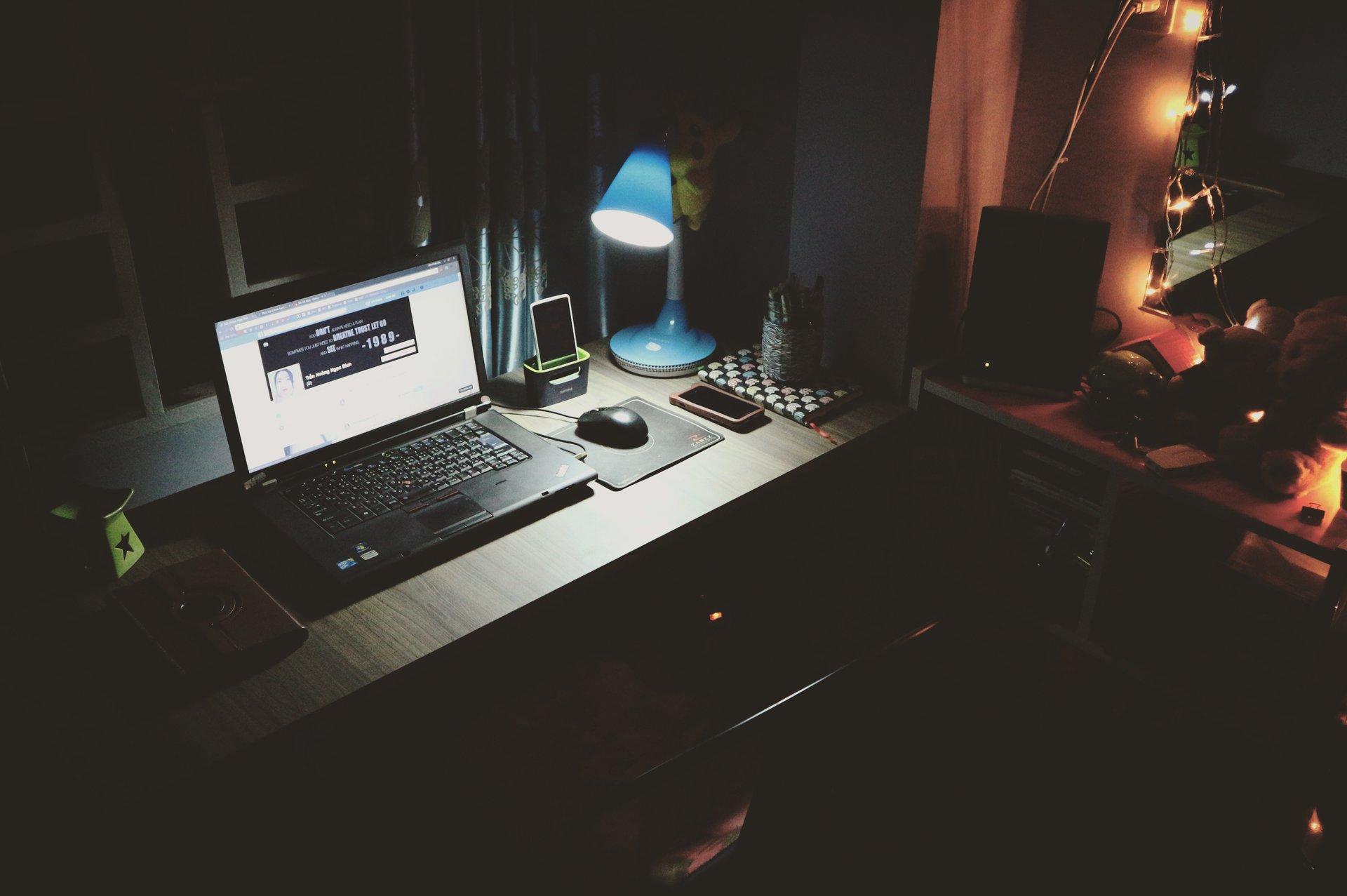 PC på mørkt skrivebord