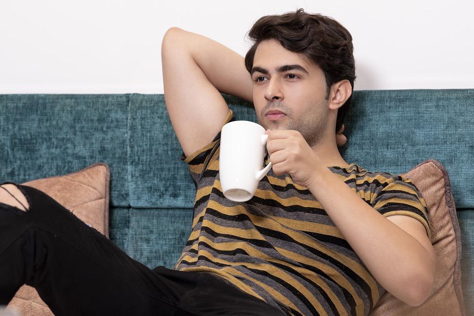 mand_drikker_kaffe_i_seng