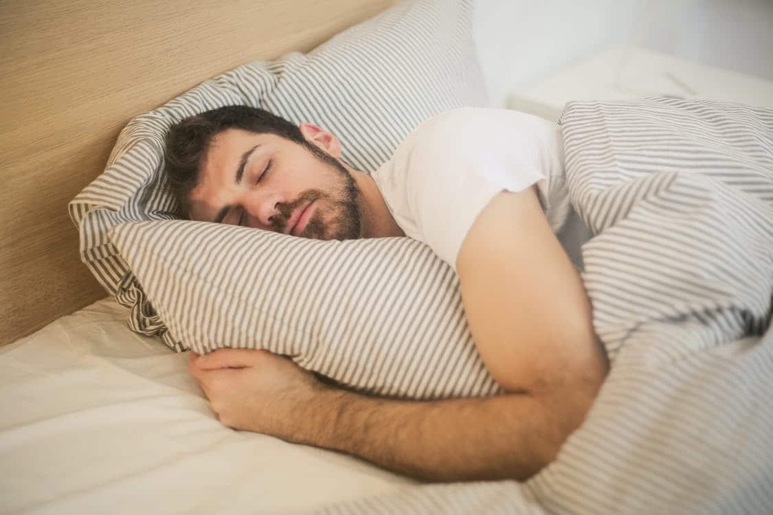 Mand i seng